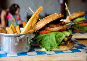 Hamburger fast-food et malbouffe